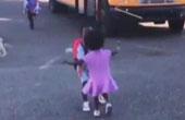 妹妹飞奔向放学的哥哥