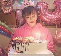 袁姗姗庆祝31岁生日粉嫩可爱