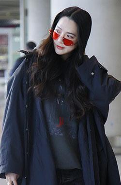 艾菲节拍红墨镜抢眼