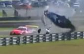 赛车被撞空翻八圈坠地