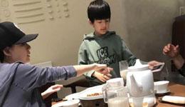 董洁带儿子吃晚餐 9岁顶顶长高酷似潘粤明