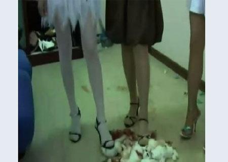 美女蓝色高跟鞋踩蛋_踩踏图片_女生踩踏男生图片_女生帆布鞋踩踏图片_淘宝学堂