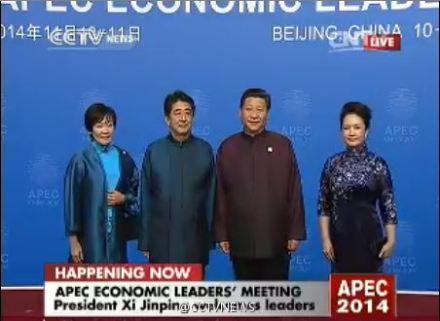 中国警告奥巴马访华_现场图:奥巴马着紫色中式服装 安倍夫人穿旗袍-搜狐新闻
